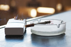 Cigarette et cendrier Photos stock