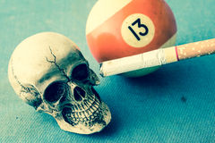 Cigarette et 13 de crâne Photographie stock