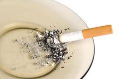 Cigarette sur l'asthray d'isolement Photo libre de droits