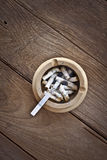 Cigarette sur la table Photo stock