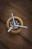 Cigarette sur la table Photos stock