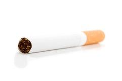 Cigarette sur le blanc. images stock