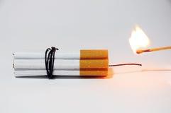 Cigaretten bombarderar och matcher Fotografering för Bildbyråer