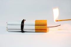 Cigaretten bombarderar och matcher Royaltyfria Foton