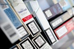 Cigaretten packar nikotinammount Arkivbilder