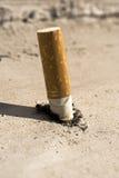 cigaretten ut satte Royaltyfri Bild