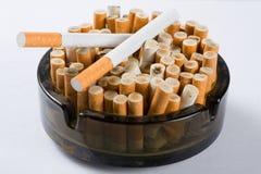 Cigaretter i askfat royaltyfria bilder