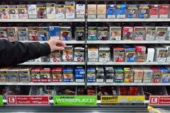 Cigaretter i en supermarket Arkivfoton
