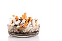 Cigaretter i ett askfat Arkivfoto