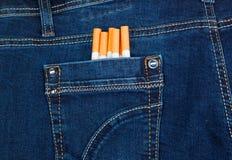 Cigaretter i jeansfack Fotografering för Bildbyråer