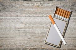 Cigaretter i matchask Royaltyfria Foton
