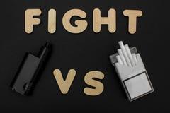 Cigaretter mot Vape Elektronisk cigarett över en mörk bakgrund Populära apparater av året - modern vaping apparat Arkivbild