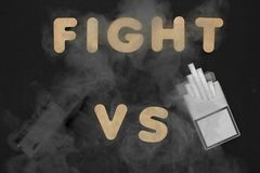 Cigaretter mot Vape Elektronisk cigarett över en mörk bakgrund Populära apparater av året - modern vaping apparat Arkivfoton