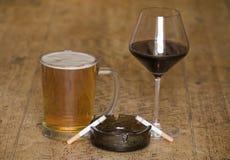 Cigaretter och alkohol Fotografering för Bildbyråer