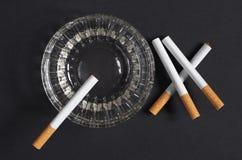 Cigaretter och askfat fotografering för bildbyråer