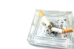 Cigaretter och askfat på vit Fotografering för Bildbyråer