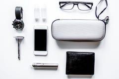 Cigarettes électroniques et accessoires des hommes sur le fond blanc t photo stock