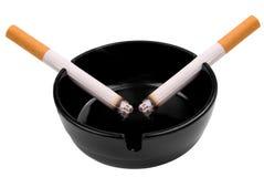 Cigarettes dans le cendrier Image libre de droits