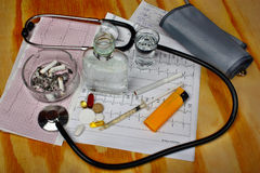Cigarettes dans le cendrier, vodka Image stock