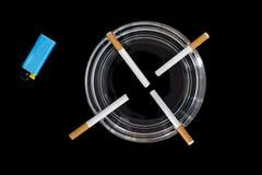 Cigarettes dans un cendrier images stock