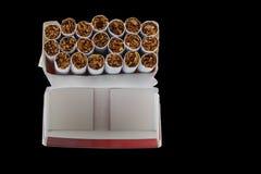 Cigarettes dans un paquet image libre de droits