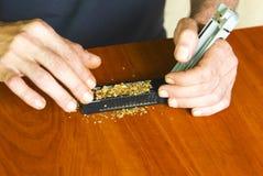 Cigarettes de roulement d'homme utilisant le tabac frais Photo libre de droits