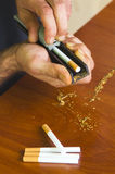 Cigarettes de roulement d'homme utilisant le tabac frais Image libre de droits