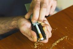 Cigarettes de roulement d'homme utilisant le tabac frais Images libres de droits