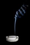 Cigarettes et fumée dans le cendrier Image libre de droits