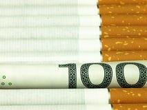 Cigarettes et habitude chère d'argent Photos libres de droits