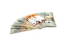 Cigarettes et l'argent dépensé Photo stock