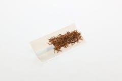 Cigarettes roulées par main photographie stock libre de droits