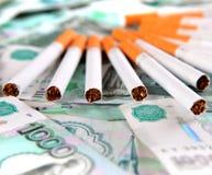 Cigarettes sur la devise russe images stock