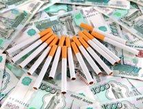 Cigarettes sur la devise russe photo libre de droits