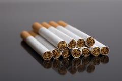 Cigarettes sur le noir images stock