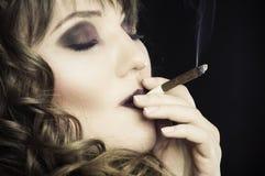 cigarettflickarökning Royaltyfria Foton