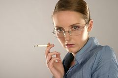 cigarettkvinna Arkivfoto