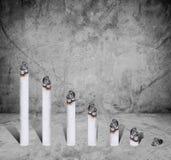 Cigarettstångdiagram, begrepp av skadligt av cigaretten, på konkret textur Arkivbild