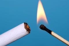 cigaretttändning Arkivbild