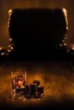 Cigarr chiper för dobblerier, drink och spelakort fotografering för bildbyråer
