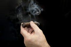 Cigarr och hand med rök royaltyfri fotografi
