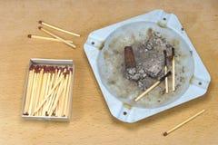 Cigarr och matches arkivbild