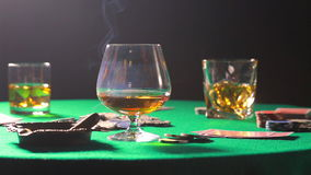 Cigarr och whisky på en tabell efter leken av poker stock video