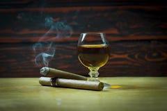 Cigarr på drinken Arkivfoton
