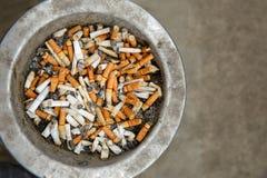 Cigarratte ändar i gammalt fack Royaltyfria Foton
