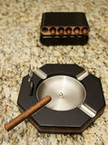 Cigarrer och cigarraskfat Fotografering för Bildbyråer