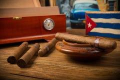 Cigarrer och humidor Arkivbilder