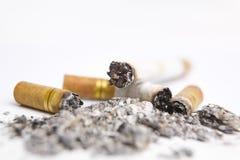 Cigarrette en el cenicero Fotos de archivo