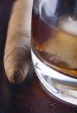 cigarrexponeringsglaswhiskey Royaltyfri Bild