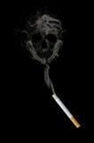 Cigarrillo con un cráneo Imágenes de archivo libres de regalías